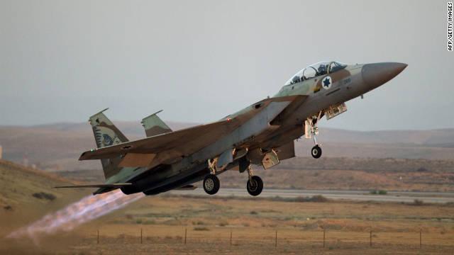 Un F-15 aviones de combate israelíes despega de una base en el desierto de Negev, el 30 de junio de 2011.