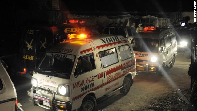 Ambulancias a las víctimas del transporte desde el lugar de la explosión de un coche bomba en Quetta el viernes.