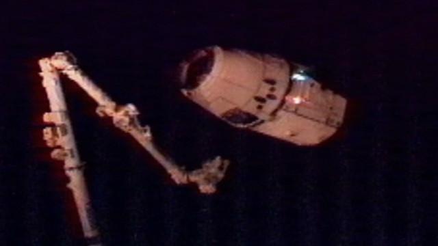 La nave privada Dragon se acopló a la Estación Espacial Internacional