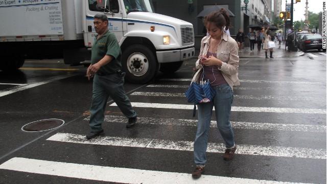 ¡Cuidado! Escribir mensajes en el celular mientras uno camina puede ser peligroso
