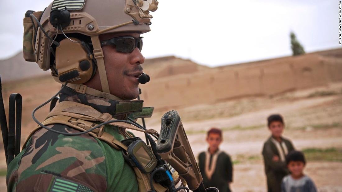 & lt; strong & gt; 1. Operadores aren & # 39; t-straight-out-of-colegial recrutas - em média, eles são casados e têm dois filhos & lt; / strong & gt; & lt; br / & gt; & lt; br / & gt; Nesta foto, um norte-americano membro Marinha de Operações Especiais da equipa mantém a segurança durante uma patrulha com afegãos Forças Especiais do Exército Nacional para escoltar um governador de distrito a uma escola na província de Helmand, Afeganistão, 15 de abril, de 2013.