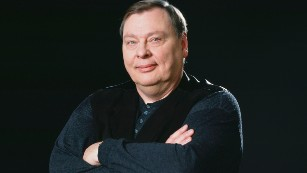 Larry Drake won two Emmys for playing the developmentally disabled messenger Benny Stulwicz.