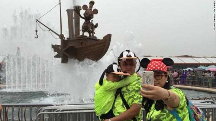 shanghai disney selfie