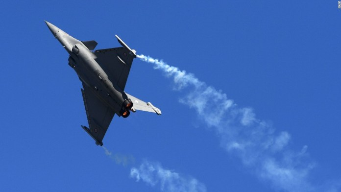 Jaw-dropping aerobatic feats at Paris Air Show