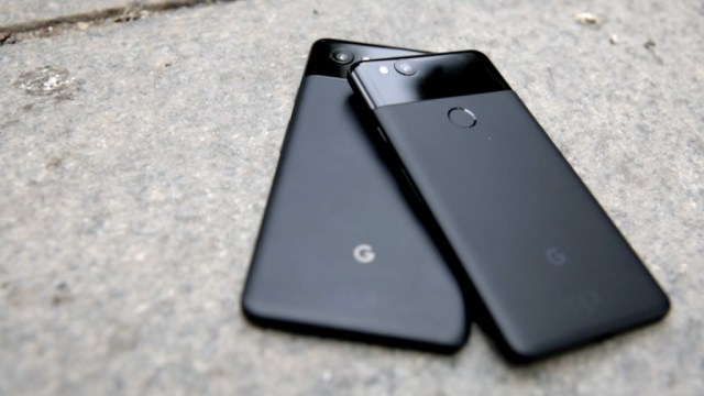 171016174729 google pixel 2 thumbnail 1024x576 Google Pixel 2 fails under stress test, the smartphone back is covered with cheap material that easily scratch