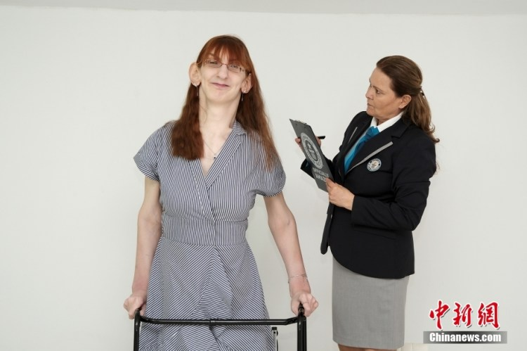 Guinness World Records announced that the world's tallest woman is 2.15 meters tall