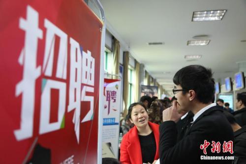 资料图:2月24日,春节后江西省举办的首场招聘大会,现场场面火爆。 姜涛 摄