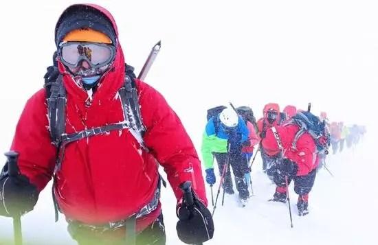 Zirve tırmanışında tipiye yakalanandağcılar, buz adama döndü