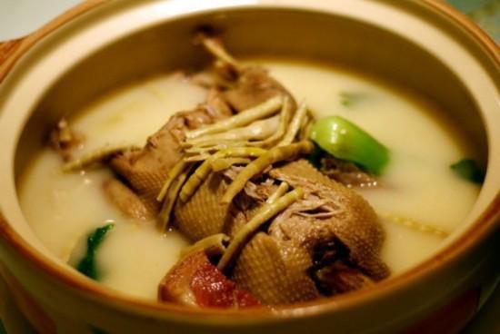 夏季常喝老鴨湯,只不過需要較長的時間才能燉爛。 魚肚也叫花膠,清熱解毒祛濕正當時 - 每日頭條