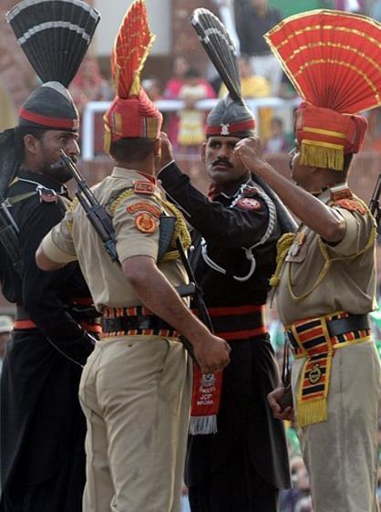 印巴邊境士兵舉行換崗儀式 - 每日頭條