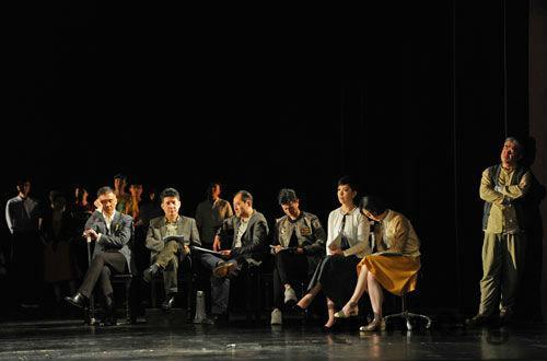 北京人藝首演《人民公敵》 演員拿著「劇本」上臺 - 每日頭條