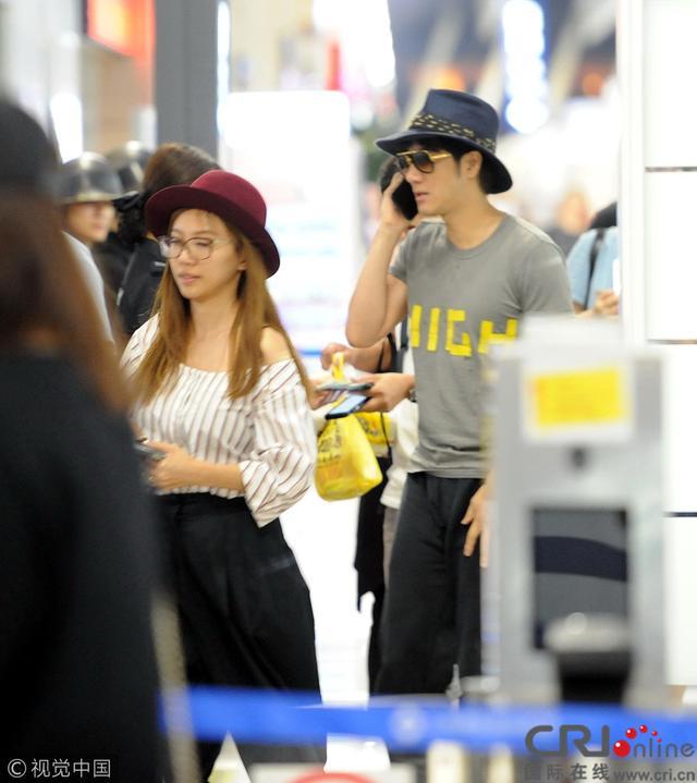 王力宏與老婆現身機場 李靚蕾素顏依舊甜美 - 每日頭條