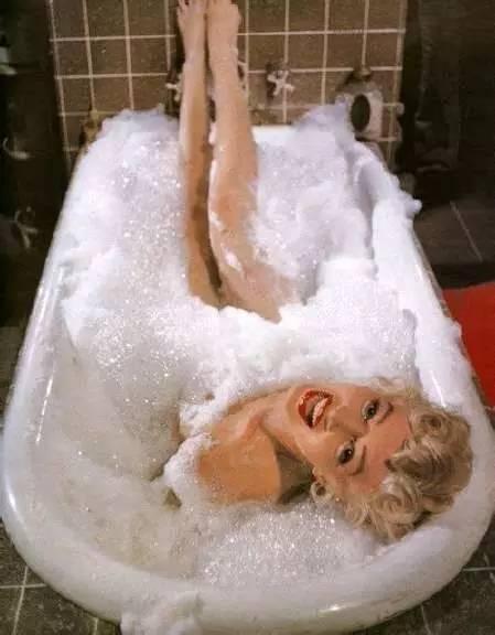 浴缸長了四隻腳,夢露坐著笑 - 每日頭條
