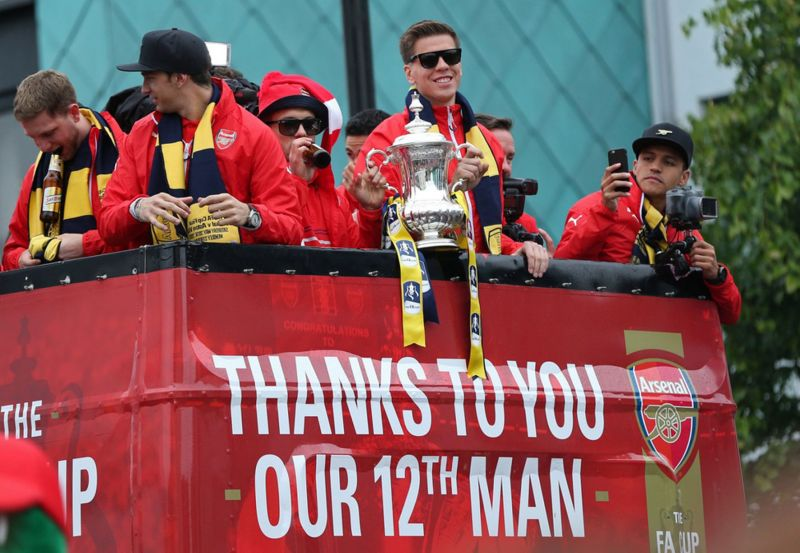 Jack Wilshere and Wojciech Szczesny celebrate with the FA Cup during the parade
