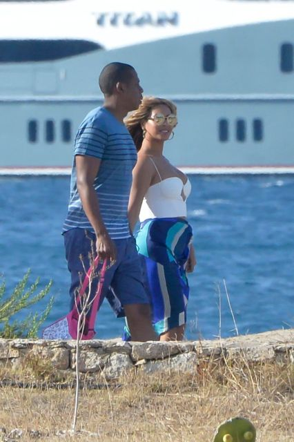 https://i2.wp.com/i2.mirror.co.uk/incoming/article6442762.ece/ALTERNATES/s1227b/PAY-Beyonce-and-Jay-Z-with-their-daughter-Blue-Ivy-in-Sardinia.jpg?resize=426%2C640