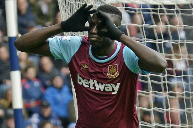 Cheikhou Kouyate celebrates his goal