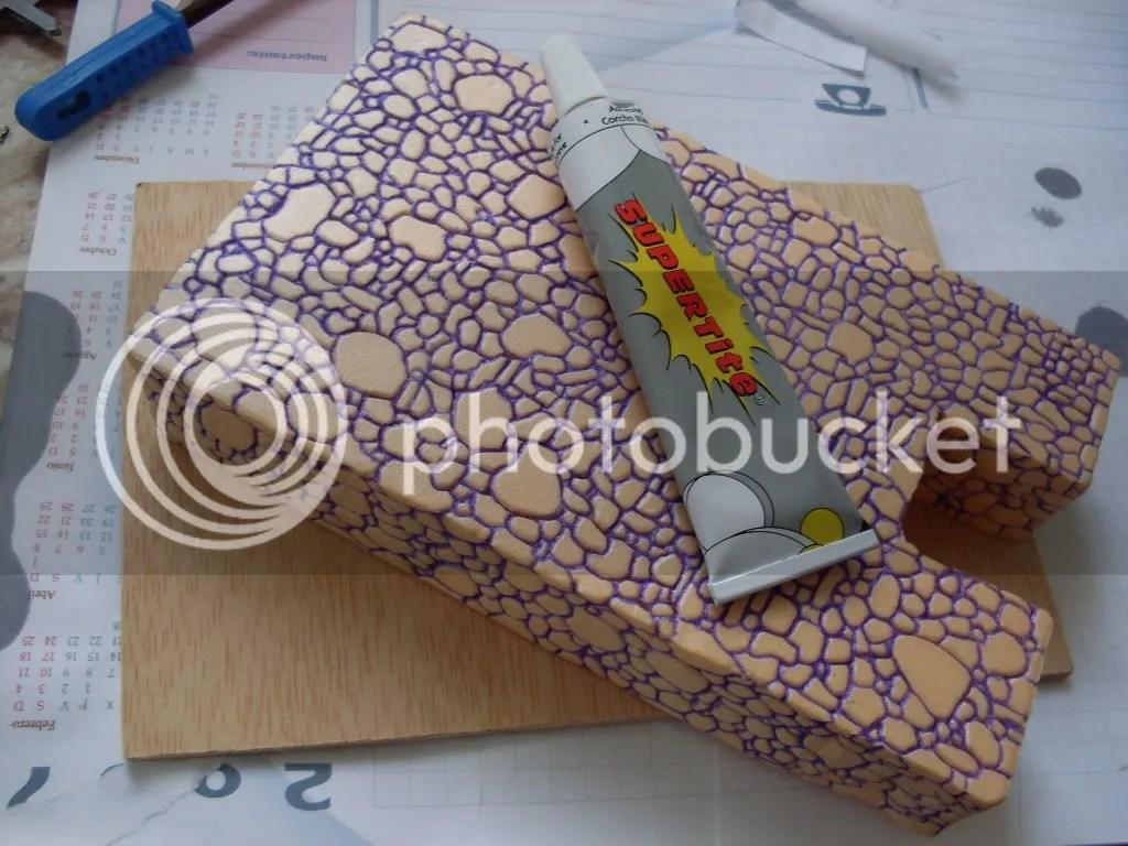 el pegamento para poliestireno, no sirve sólo para pegar poliestireno entre si, lo une a muchos otros materiales