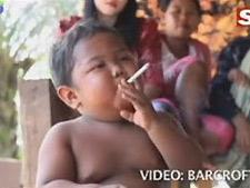 Bebê indonésio fuma 40 cigarros por dia