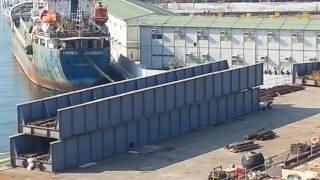 Download 輕軌捷運跨愛河橋 原有鐵路橋出現橋面 準備擺放回原位置 Video