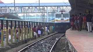 Download PEOPLE JUMPING IN FRONT OF PARASURAM EXPRESS AT KOZHIKODE RAILWAY STATION Video