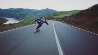 Download Skatistas descendo montanhas de forma incrível Video