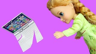 Download Anna BREAKS a Laptop ! Elsa & Anna toddlers visit Nikki's house - Playdate - TV Watching Video