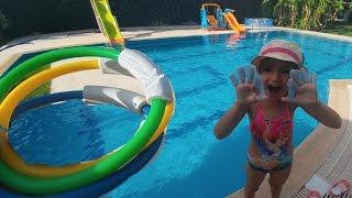 Download Elife yüzmek için parmak paletleri ve su altı atraksiyon halkaları Video