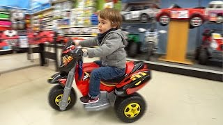 Download MOTO ELÉTRICA DE BRINQUEDO NA LOJA DE BRINQUEDOS TOYS UR US!! Motorcycle Toy Hunt Shopping Video