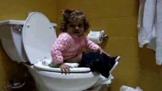 Download Emilia va al baño Video