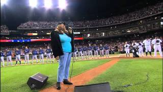 Download 2011/10/11 Aretha Franklin sings the anthem Video