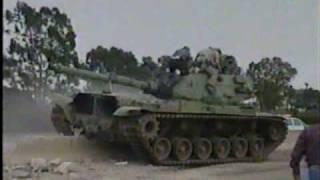 Download Tanque M-60 conducido por un demente en San Diego, California. Video