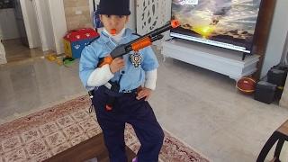 Download Polis elife aksesuarlar, silah, kelepçe,jopumuz eksik, eğlenceli çocuk videosu Video