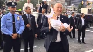 Download La reacción del Papa Francisco al ver un bebé vestido como él en Filadelfia EUA Video