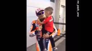Download Bonito gesto de Marc Márquez con un pequeño aficionado. Video