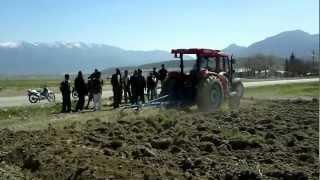 Download KİOTİ tarla sürerken masseyi solluyoo! Video
