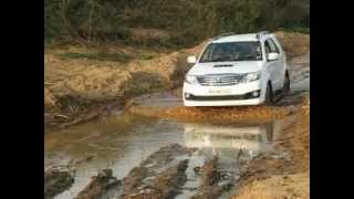 Download Toyota Fortuner - Off roading experiments on the Hemavathi river bed, Shakleshpur Video