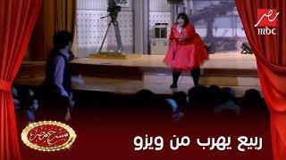 Download ويزو تنهال ضربًا على أوس أوس وعلي ربيع يحتمي بجمهور مسرح مصر Video