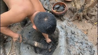 Download Primitive technology with survival skills traps crabs in mangroves and seeks fresh water at sea Video