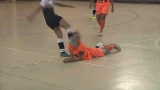 Download Mujer futbolista ″baila″ a equipo contrario y la patean en el rostro Video