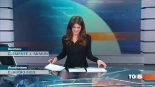 Download Italienische TV Moderatorin Costanza Calabrese lässt tief blicken Video