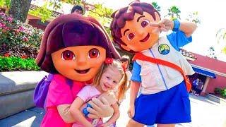 Download Настя, Рома и Диана веселятся на детской площадке в парке аттракционов Орландо Video