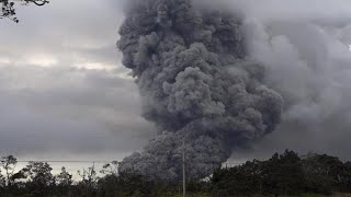 Download Cloud of ash from Hawaii's Kilauea volcano prompts ″red alert″ Video