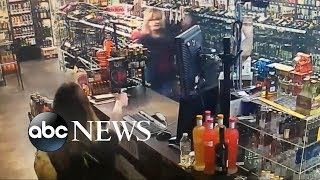 Download Mother and daughter in a violent shootout with an armed robbery Video