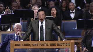 Download Smokey Robinson sings to Aretha Franklin during her funeral Video
