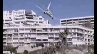 Download Spectaculaire crash d'un avion au bord d'une plage et des touristes affolés .... Video
