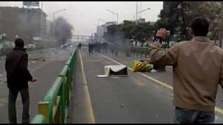 Download زیباترین صحنه درگیری بین مردم و گارد در خیابان آزادی HQ Video