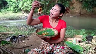 Download Survival skills: Chicken egg fried on clay for food - Cooking Chicken egg eating delicious Video