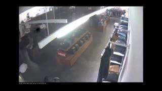 Download Winkelier maakt film van inbraak: dieven krijgen buit nauwelijks buiten Video