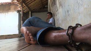 Download Indonésie: le calvaire de malades mentaux enchaînés Video
