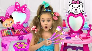 Download Sasha Left Alone with Dad and play with Make Up and Dress up toys Video